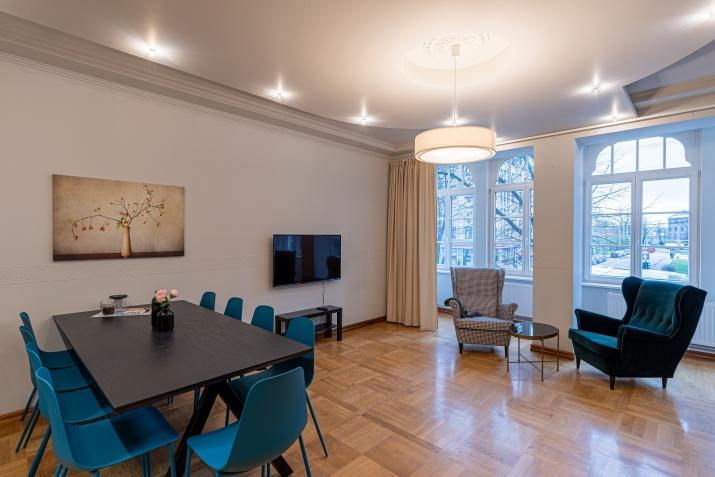 Sludinājumi. Renovēta biroju ēka ar plašu autostāvvietu, kuru var izmantot dažādiem uzņēmējdarbības veidiem. Cena: 750000 EUR Foto #1