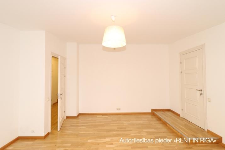 Sludinājumi. 6-istabu mansardstāva dzīvoklis (ar liftu) Rīgas centrā.   + Šogad atjaunota nama fasāde; + 5. Cena: 1550 EUR/mēn Foto #3