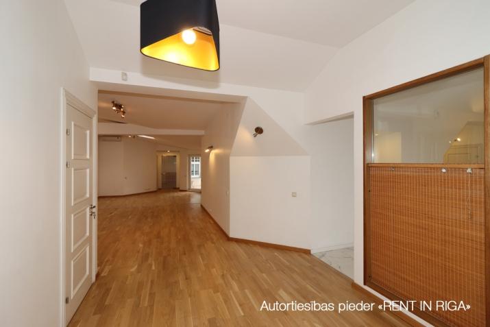 Sludinājumi. 6-istabu mansardstāva dzīvoklis (ar liftu) Rīgas centrā.   + Šogad atjaunota nama fasāde; + 5. Cena: 1550 EUR/mēn Foto #4