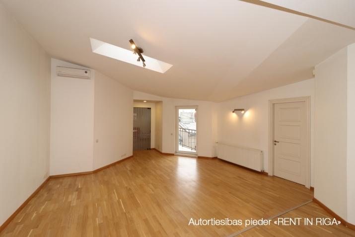 Sludinājumi. 6-istabu mansardstāva dzīvoklis (ar liftu) Rīgas centrā.   + Šogad atjaunota nama fasāde; + 5. Cena: 1550 EUR/mēn Foto #2