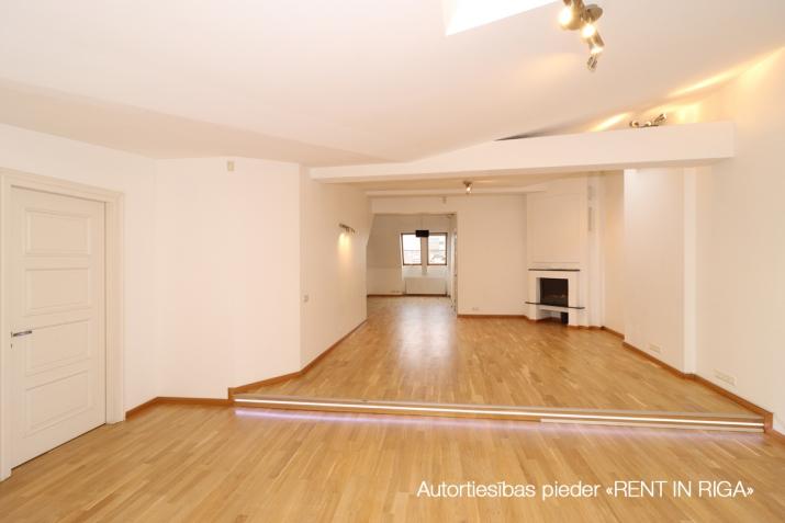 Sludinājumi. 6-istabu mansardstāva dzīvoklis (ar liftu) Rīgas centrā.   + Šogad atjaunota nama fasāde; + 5. Cena: 1550 EUR/mēn Foto #1