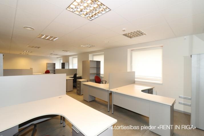 Sludinājumi. Birojs Šķirotavā.  + 2. stāvs. + Platība sastāv no koridora/recepcijas, trīs kabinetiem, virtuves Cena: 1392 EUR/mēn Foto #5