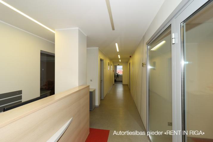 Sludinājumi. Birojs Šķirotavā.  + 2. stāvs. + Platība sastāv no koridora/recepcijas, trīs kabinetiem, virtuves Cena: 1392 EUR/mēn Foto #2