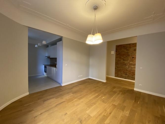 Sludinājumi. Mēbelēts 3 istabu īres dzīvoklis Kr. Barona ielā 76.  Dzīvokļa plānojums - plaša dzīvojamā istaba, Cena: 660 EUR/mēn Foto #1