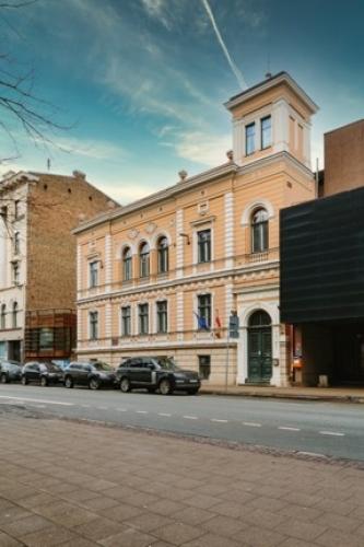 Объявление. Tiek iznomāta atsevišķi stāvoša biroja ēka.  + Trīs stāvi; + augstas kvalitātes remonts; + Цена: 12000 EUR/мес. Foto #1