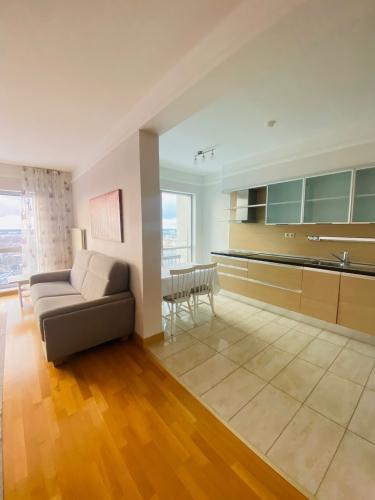 Sludinājumi. Tiek izīrēts plašs trīs istabu dzīvoklis daudzstāvu dzīvojamo namu un biznesa komplekā Panorama Cena: 800 EUR/mēn Foto #3