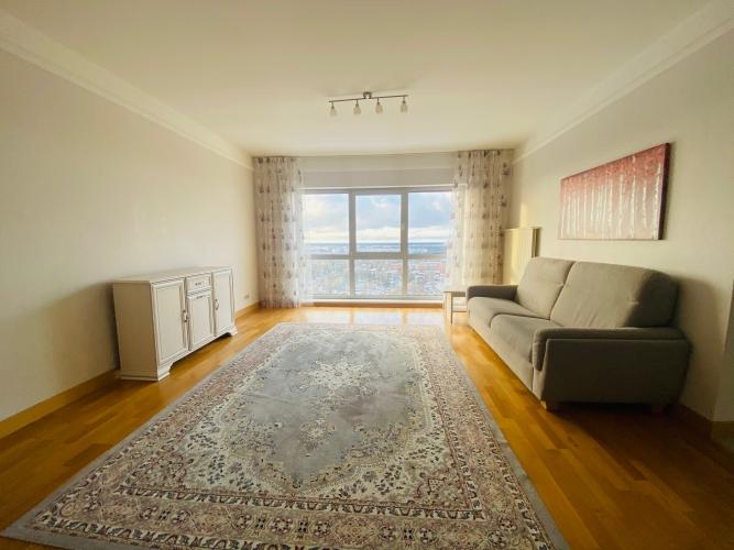 Sludinājumi. Tiek izīrēts plašs trīs istabu dzīvoklis daudzstāvu dzīvojamo namu un biznesa komplekā Panorama Cena: 800 EUR/mēn Foto #1