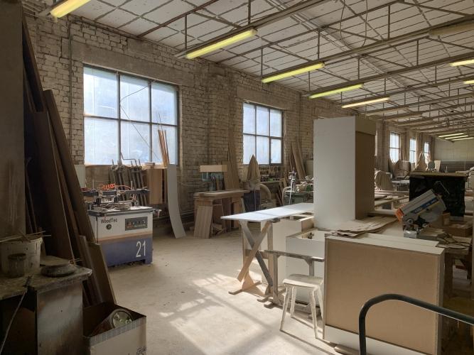 Sludinājumi. Pārdod nekustamo īpašumu komercdarbības izmantošanai.  Ražošanas telpas ar apkuri ~ 550 m2. Biroja Cena: 370000 EUR Foto #1