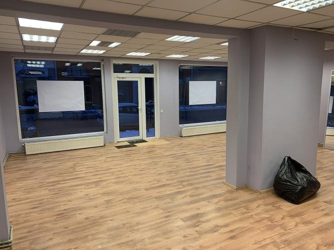 Sludinājumi. Pārdod telpas plašiem skatlogiem centrā.  + Telpas sastāv no tirdzniecības zāles, izolēta kabineta, Cena: 85500 EUR Foto #2