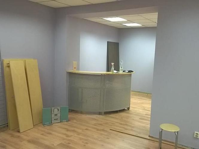 Sludinājumi. Pārdod telpas plašiem skatlogiem centrā.  + Telpas sastāv no tirdzniecības zāles, izolēta kabineta, Cena: 85500 EUR Foto #3
