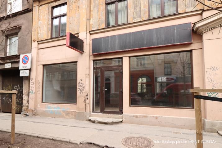 Sludinājumi. Pārdod telpas plašiem skatlogiem centrā.  + Telpas sastāv no tirdzniecības zāles, izolēta kabineta, Cena: 85500 EUR Foto #1
