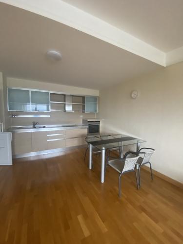 Sludinājumi. Tiek izīrēts divu istabu dzīvoklis daudzstāvu dzīvojamo namu un biznesa komplekā Panorama Cena: 500 EUR/mēn Foto #3