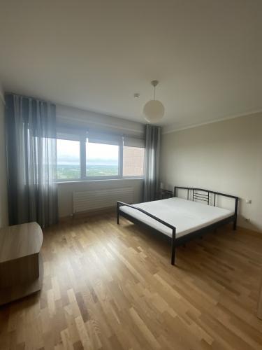 Sludinājumi. Tiek izīrēts divu istabu dzīvoklis daudzstāvu dzīvojamo namu un biznesa komplekā Panorama Cena: 500 EUR/mēn Foto #4