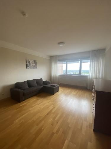 Sludinājumi. Tiek izīrēts divu istabu dzīvoklis daudzstāvu dzīvojamo namu un biznesa komplekā Panorama Cena: 500 EUR/mēn Foto #2