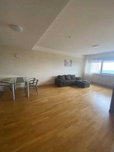 Sludinājumi. Tiek izīrēts divu istabu dzīvoklis daudzstāvu dzīvojamo namu un biznesa komplekā Panorama Cena: 500 EUR/mēn Foto #1