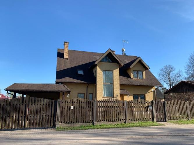 Sludinājumi. Tiek pārdota plaša ģimenes māja Siguldā.  280 m2 plaša divstāvu māja ir ideāla ģimenes māja. Mājai Cena: 280000 EUR Foto #1