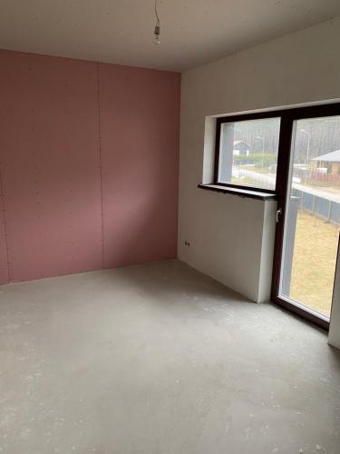 Sludinājumi. Tiek pārdota jaunbūve - dvīņu mājas daļa ar pelēko apdari.  140 m2 plašā mūra divstāvu māja ir Cena: 130000 EUR Foto #4