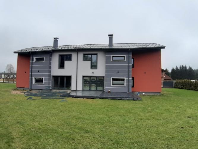 Sludinājumi. Tiek pārdota jaunbūve - dvīņu mājas daļa ar pelēko apdari.  140 m2 plašā mūra divstāvu māja ir Cena: 130000 EUR Foto #2