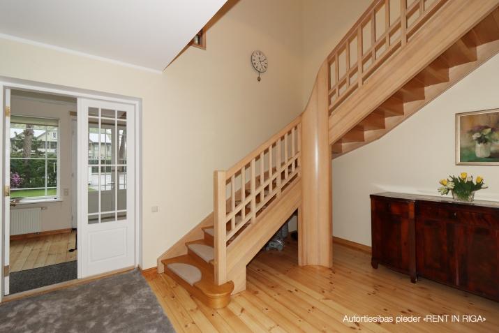 Sludinājumi. Ilgtermiņa īrei tiek piedāvāta māja, kas \'apbur\' ar savu šarmu un mājīgumu ikvienu, kurš tajā reiz Cena: 1750 EUR/mēn Foto #2