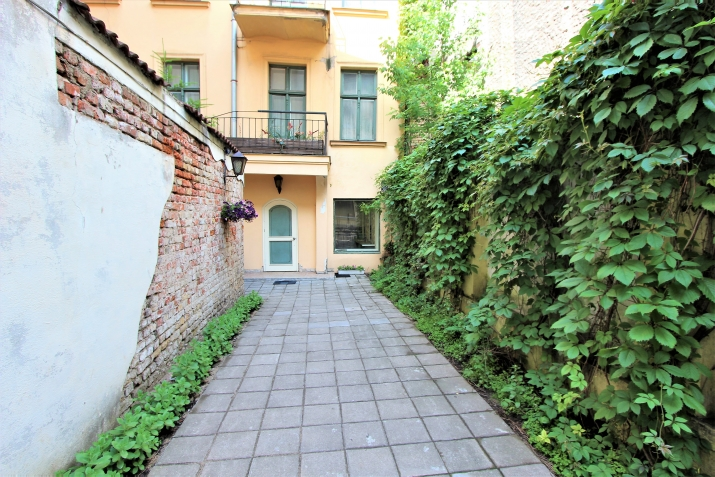 Sludinājumi. Piedāvājumā telpas ar atsevišķu ieeju un privātu pagalmu ar vārtiem. Telpas atrodas netālu no Līvu Cena: 94000 EUR Foto #1